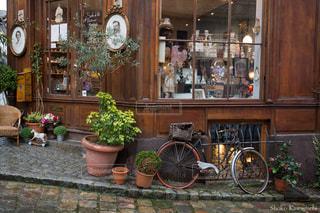 建物の側面に駐車した自転車の写真・画像素材[2123149]