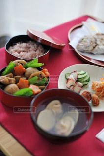 食べ物の皿をテーブルの上に置くの写真・画像素材[3575769]