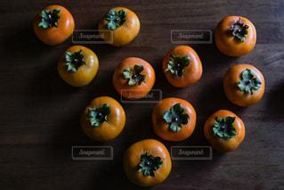 テーブル上 柿の写真・画像素材[2149143]