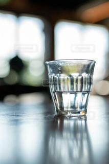 テーブルの上のグラスカップの写真・画像素材[2725424]