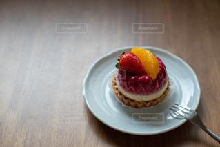 皿の上のケーキの写真・画像素材[2728093]