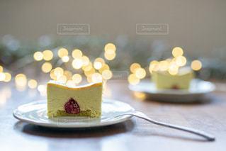 テーブルの上に座っているケーキの写真・画像素材[2900407]