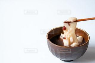テーブルの上に座っている食べ物のボウルの写真・画像素材[2903263]