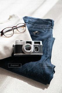 ベッドの上に座っているバッグの写真・画像素材[2999280]