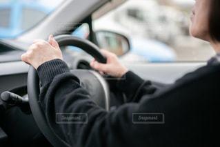 車に乗った女の写真・画像素材[2999715]