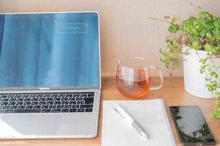 テーブルの上に座っているラップトップコンピュータの写真・画像素材[3074085]