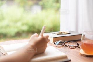 日記を書くひとの写真・画像素材[3695975]