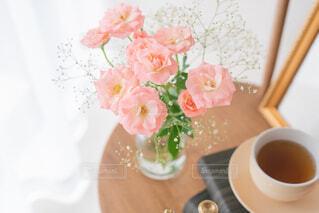 テーブルの上にコーヒーと花瓶を置いたの写真・画像素材[3720311]