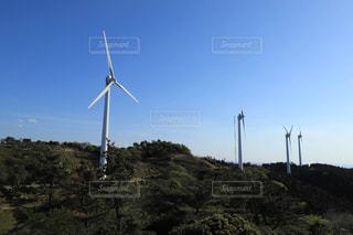 背景にアルバニーのウィンドファームがある丘の上の風車の写真・画像素材[2126993]