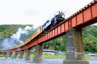 橋の上の大きな長い列車の写真・画像素材[2128372]