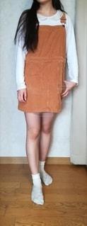 オーバーオールを着た女性の写真・画像素材[2190552]
