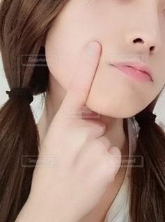 肌トラブルを気にする女性の写真・画像素材[2467718]
