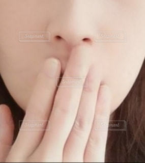 口元を隠す女性の写真・画像素材[2761558]