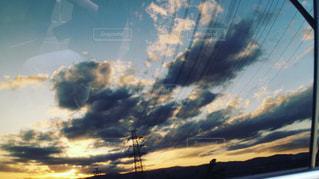 車窓に映る夕暮れの写真・画像素材[2124876]