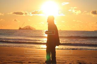 夕日に映るおばあちゃんのシルエットの写真・画像素材[2124947]