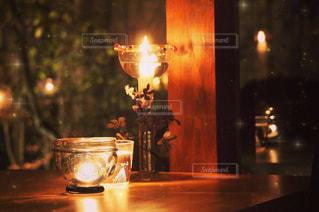 テーブルの上に火のついたろうそくの写真・画像素材[2131815]
