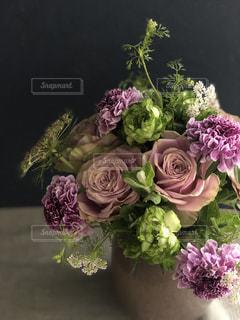 紫色の花で満たされた花瓶の写真・画像素材[2124520]
