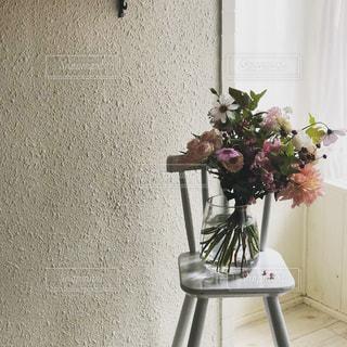 テーブルの上の花瓶の写真・画像素材[2287329]
