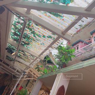 窓の横にある建物の写真・画像素材[2125448]
