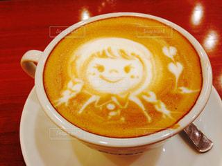 テーブルの上のコーヒー1杯の写真・画像素材[2125662]