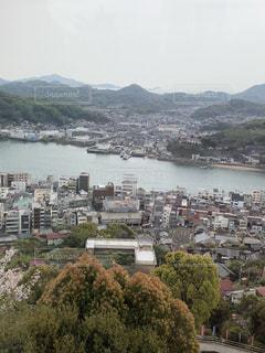 背景に山がある都市の眺めの写真・画像素材[2139940]