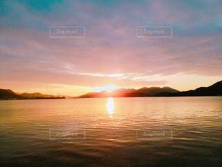 水の体の上の夕日の写真・画像素材[2276293]