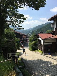 山が背景にある家の写真・画像素材[2126106]