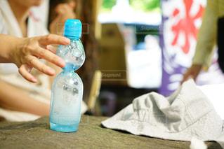 瓶を持っている人の写真・画像素材[2218786]
