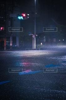 雨の夜の信号の写真・画像素材[2744810]