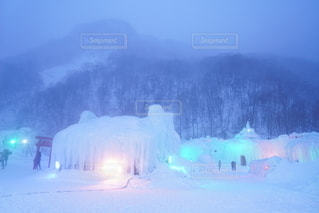 降り積もる雪で霞む雪景色の写真・画像素材[2770909]