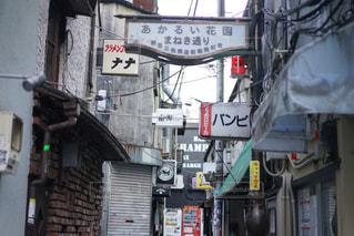 通りの角に店がある建物の写真・画像素材[2125912]