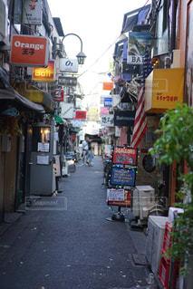 にぎやかな街の通りのクローズアップの写真・画像素材[2125913]