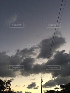 曇りの朝の空の写真・画像素材[2126221]
