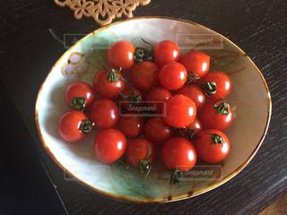 皿の上のミニトマトの写真・画像素材[2126301]
