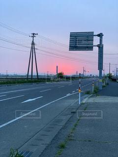 朝焼けは朝靄とともにの写真・画像素材[2126201]