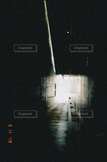 暗闇から光ある方への写真・画像素材[2126492]