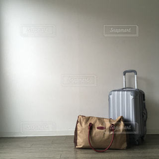 スーツケースの上に座っている荷物の写真・画像素材[2126585]
