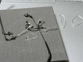 割れたメガネの写真・画像素材[2625066]