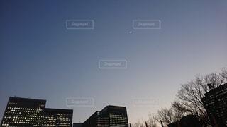 ビルと月の写真・画像素材[2658956]