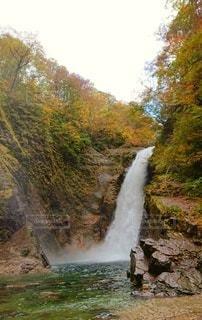 水の上の大きな滝の写真・画像素材[2681351]
