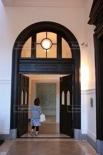 廊下を歩く女性の後ろ姿の写真・画像素材[2864388]