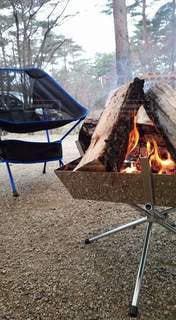 キャンプでたき火の写真・画像素材[2875850]