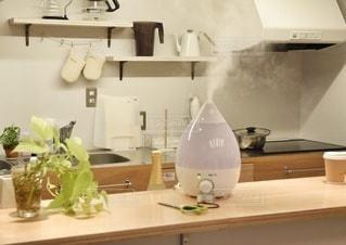 キッチンに置かれた加湿器の写真・画像素材[2884301]