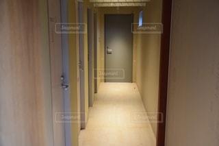 ドアの並ぶ廊下の写真・画像素材[2884372]