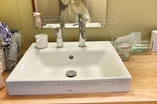 シンクと鏡を持つテーブルの写真・画像素材[2885962]