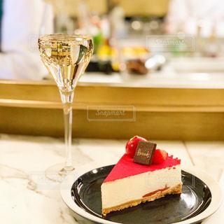 Harrods フードロールにて チーズケーキとシャンパンの写真・画像素材[2127196]