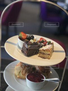 皿の上のケーキの一部のクローズアップの写真・画像素材[2127256]