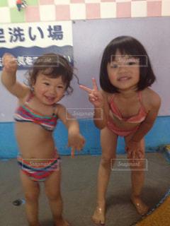 写真を装った小さな女の子の写真・画像素材[2127319]