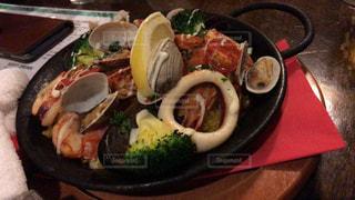 食卓の上の食べ物の皿の写真・画像素材[2127650]