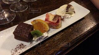木製のテーブルの上に座るケーキの写真・画像素材[2127651]